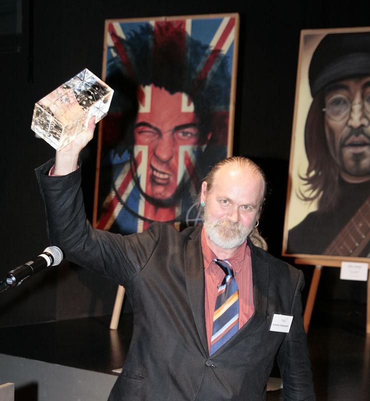 """Ole Ohlendorff mit dem Kulturpreis """"Blauer Löwe"""" des Landkreises Harburg"""
