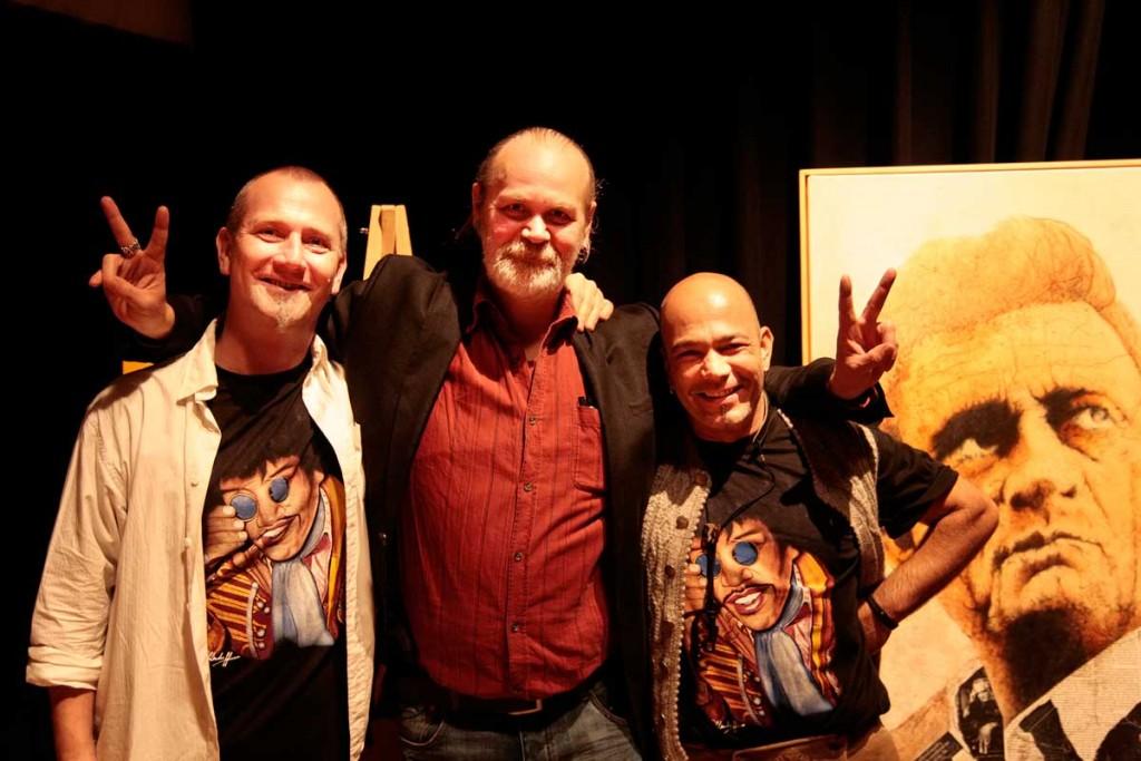 """Ole Ohlendorff mit den Musikern der Band """"Haus´gmacht"""" Steffen Sonnenwald (Links) und Tom Fiedler (Rechts)"""