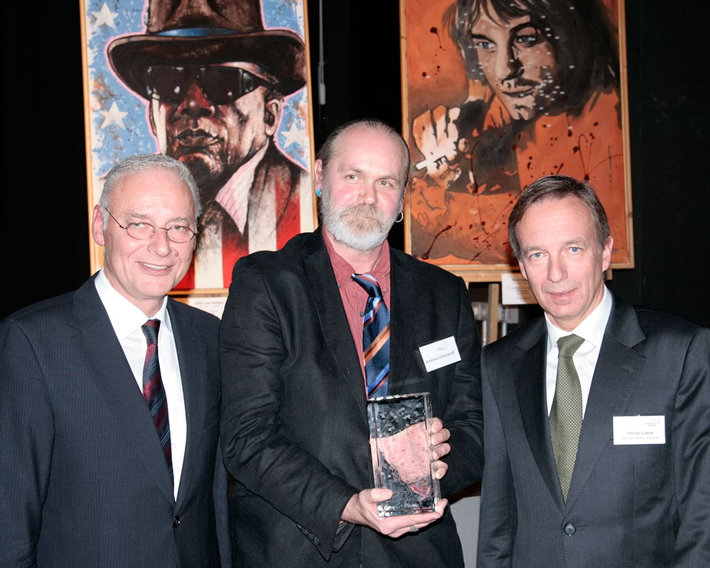 Ole Ohlendorff (Mitte) mit Landrat Joachim Bordt (Links) und Sparkasse Harburg-Buxtehude Vorstandsvorsitzender Heinz Lüers (Rechts)